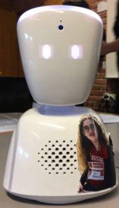 Lauras AV1 robot som står i klasseværelset, og som hun kan logge på hjemmefra. Privatfoto.
