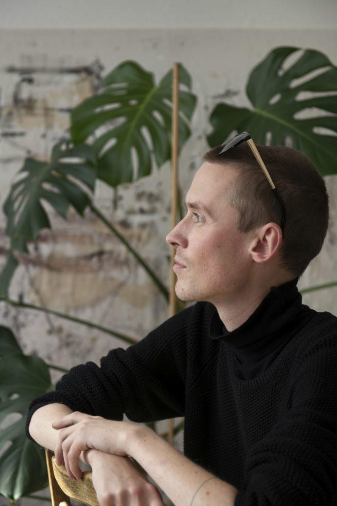 Søren Malthe. Studerer kommunikation på AAU, tegner, maler og har muskelsvind. Foto: © Michael Bo Rasmussen / Baghuset. Dato: 23.10.20