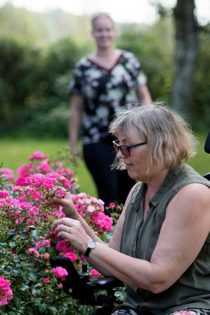 Kvinde kigger på blomster