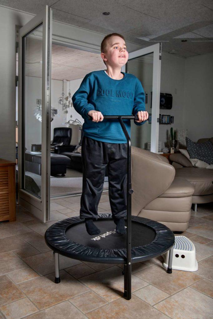 Dreng hopper på en lille trampolin