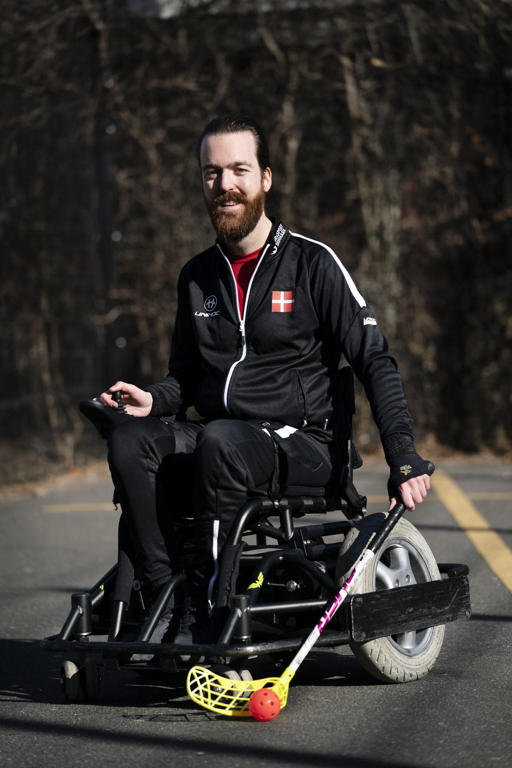 30-årige Anders Berenth er han kåret til verdens bedste inden for sin sport, powerchair floorball. Han har vundet sølvmedalje med landsholdet ved VM i 2018, og har modtaget KulturministerensParasportspris. Han er født med muskelsvinddiagnosen Kongenit myopati.