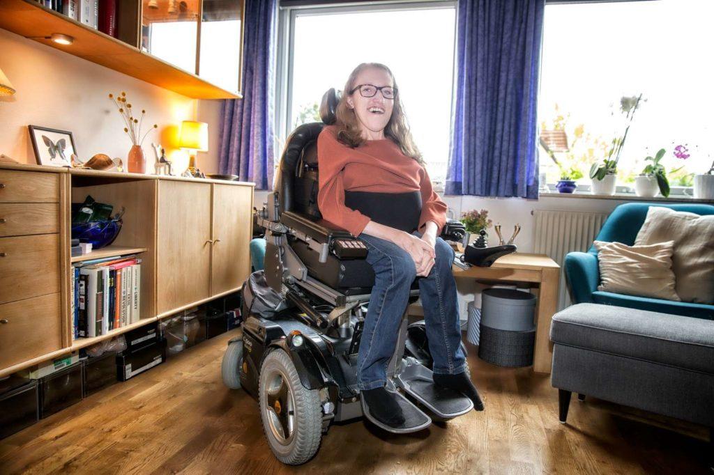 Kvinde sidder i kørestol