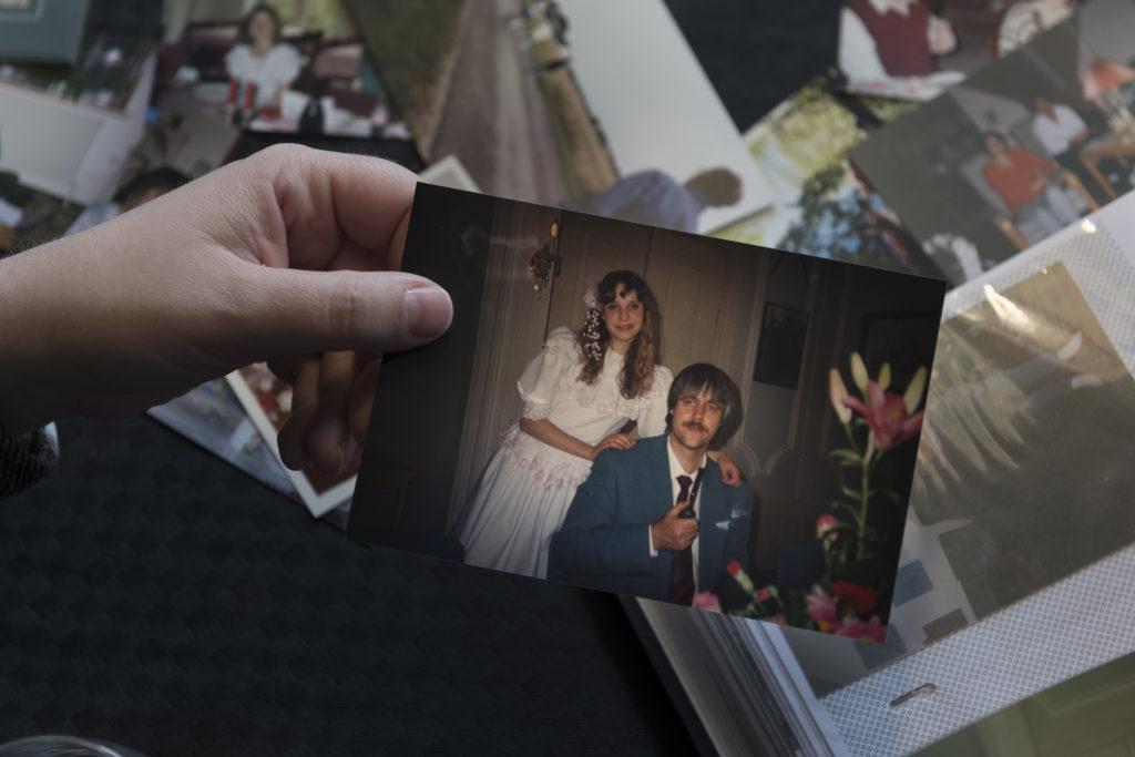 Billede af Berit i konfirmationskjole og deres afdøde far Gert