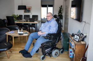 Tomas Ringsted sidder i sin kørestol i stuen