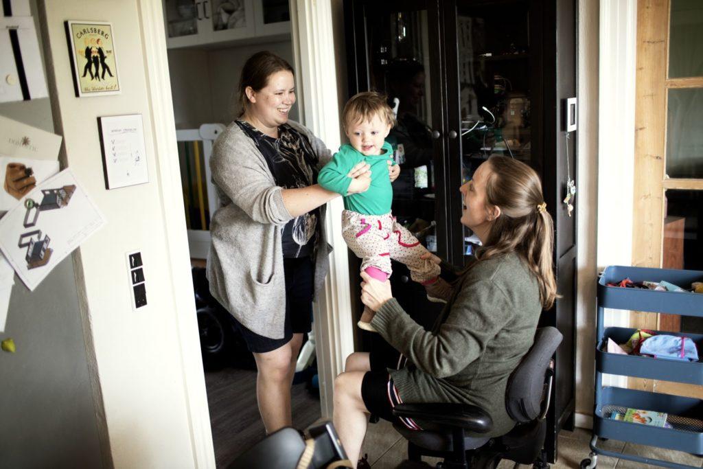 sofie med hjælper Lisa og datter Iben
