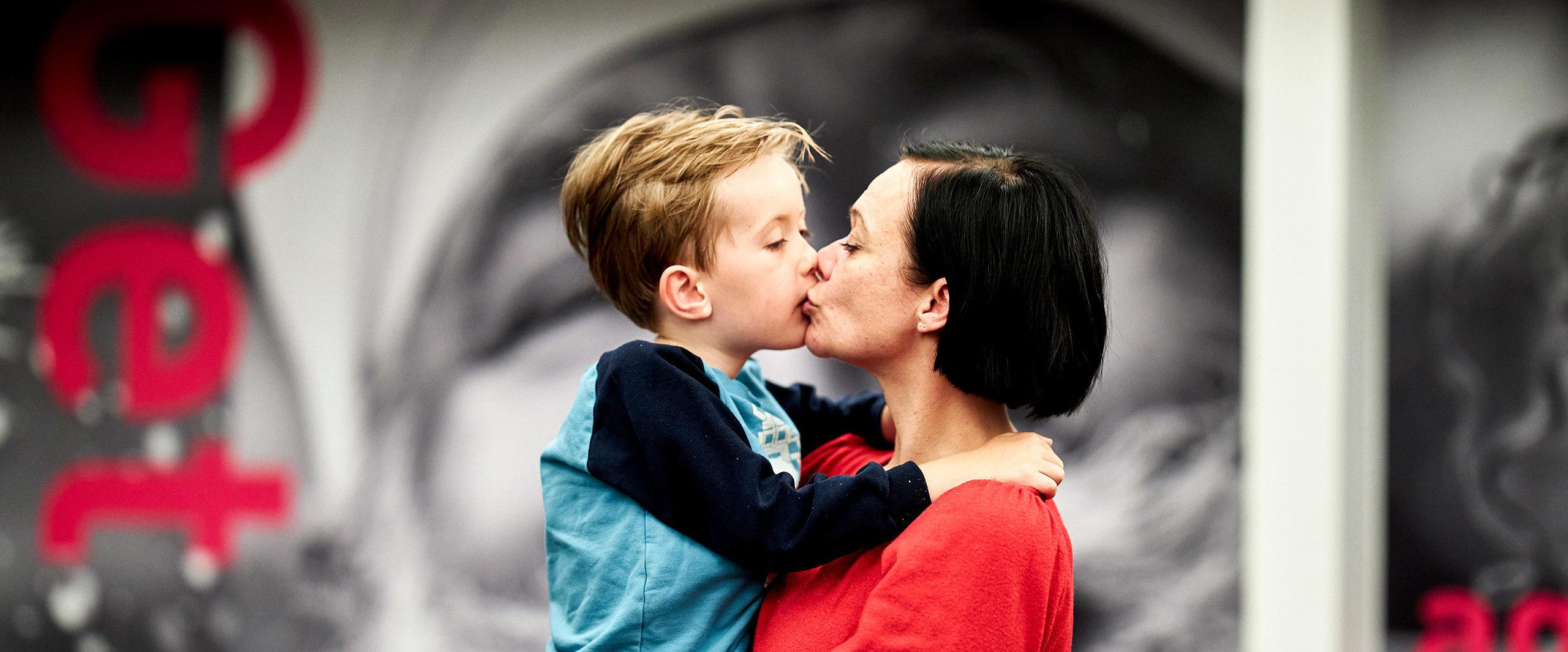 Mor kysser sin søn